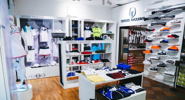 df63593a0a0ee Lo storico negozio milanese Leoni Sport è stato scelto dal brand di  abbigliamento sportivo Sergio Tacchini per inaugurare un corner monomarca e  offrire a ...